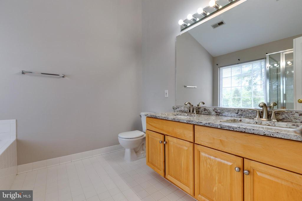 Updated Bathrooms - 25232 DUNVEGAN SQ, CHANTILLY