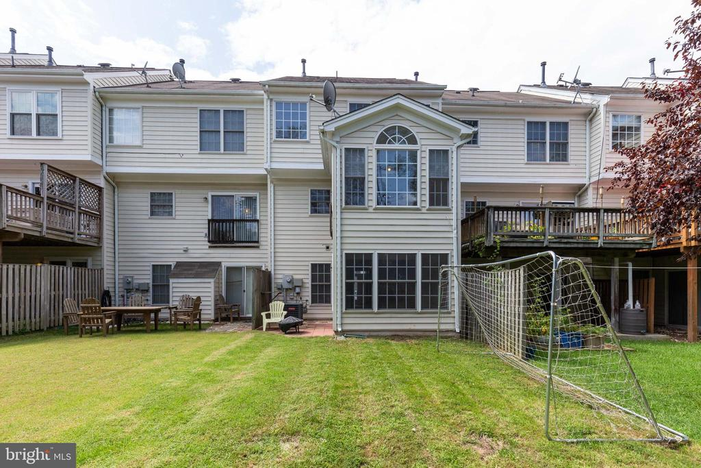 Great Rear Yard with Patio - 25232 DUNVEGAN SQ, CHANTILLY
