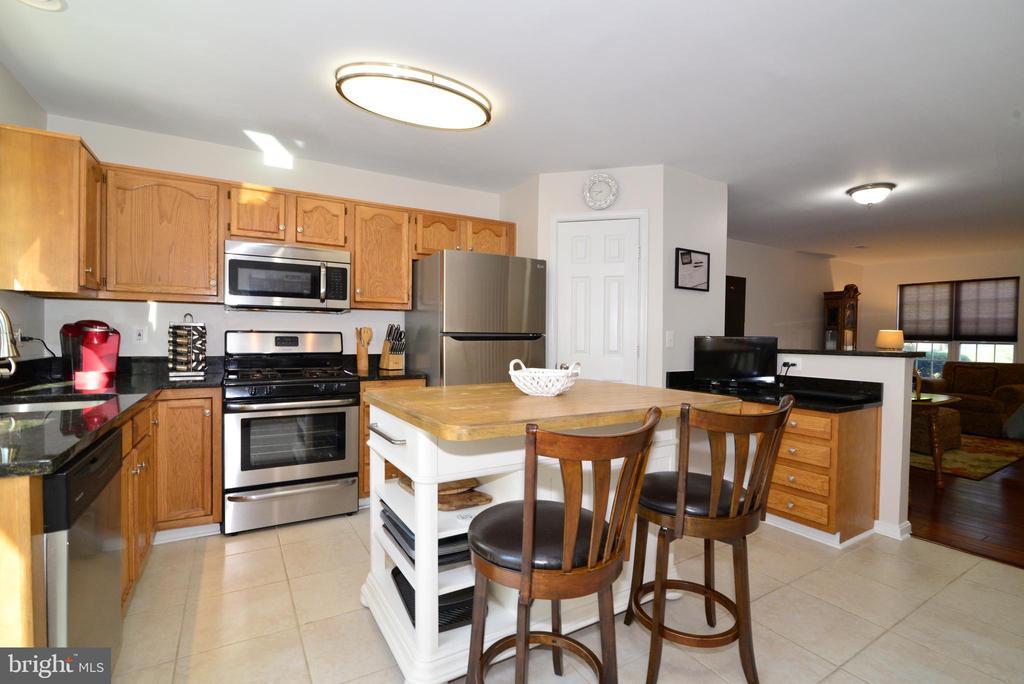 Kitchen w/butcher block island w/lots of storage - 45067 FELLOWSHIP SQ, ASHBURN