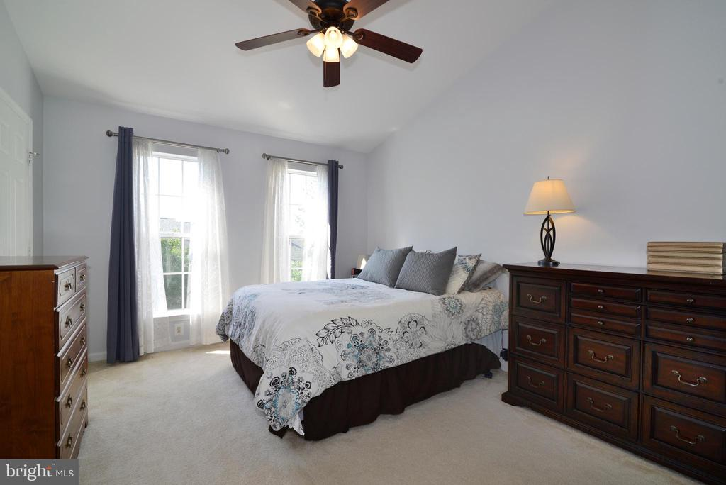 Master BR w/vaulted ceiling & his/herclosets! - 45067 FELLOWSHIP SQ, ASHBURN