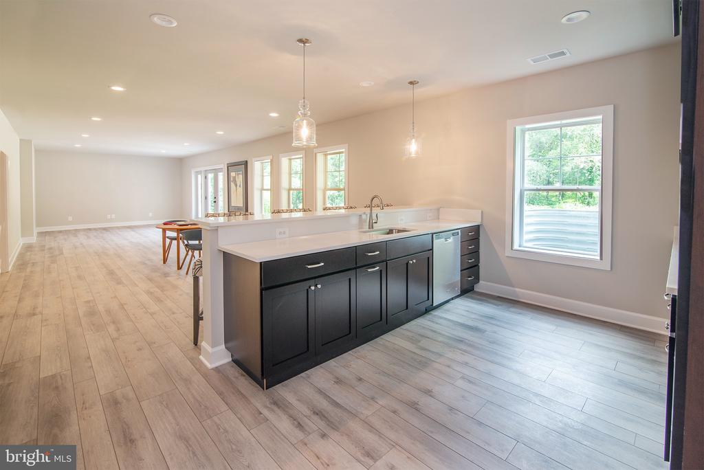 Great wet bar w/ DW, sink and  seating for 5 - 9524 LEEMAY ST, VIENNA