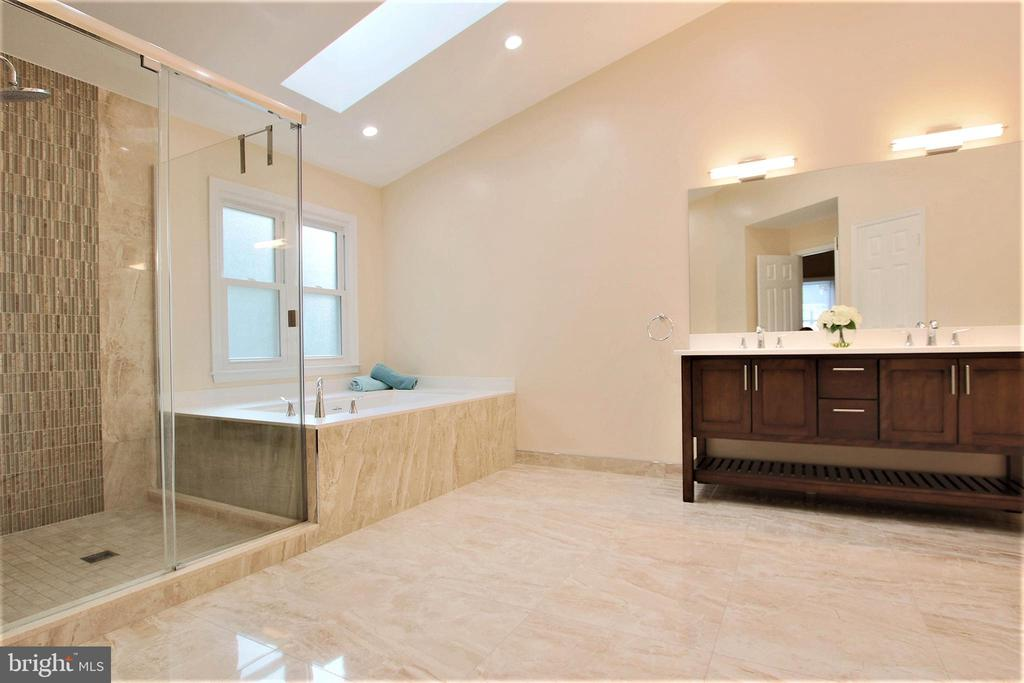 luxurious upgraded master bath - 21211 EDGEWOOD CT, STERLING