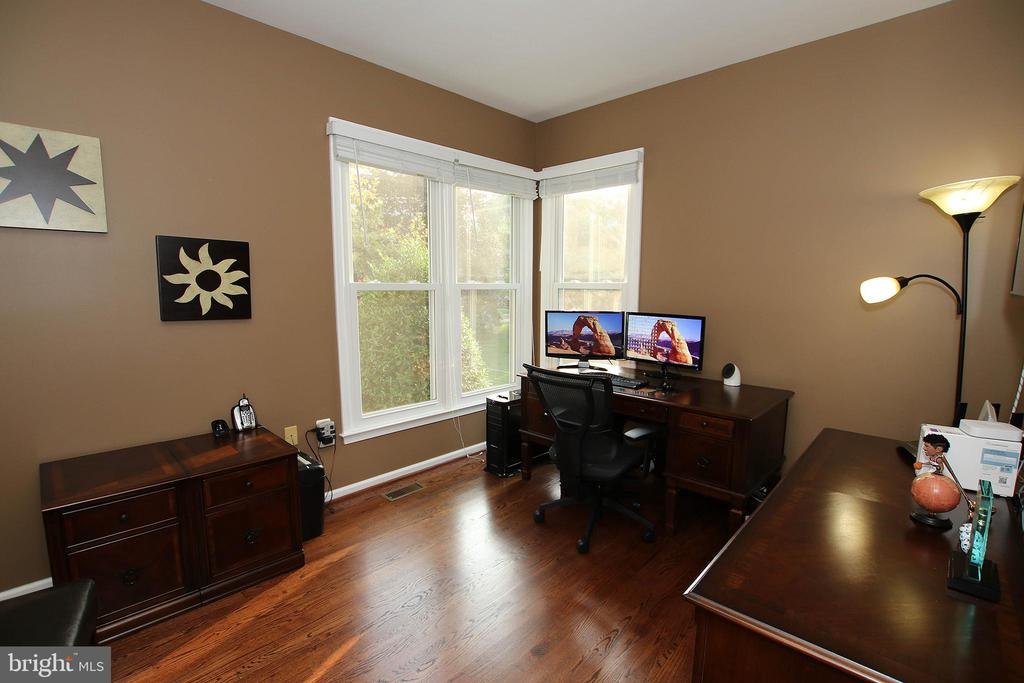 Office in main floor - 21211 EDGEWOOD CT, STERLING