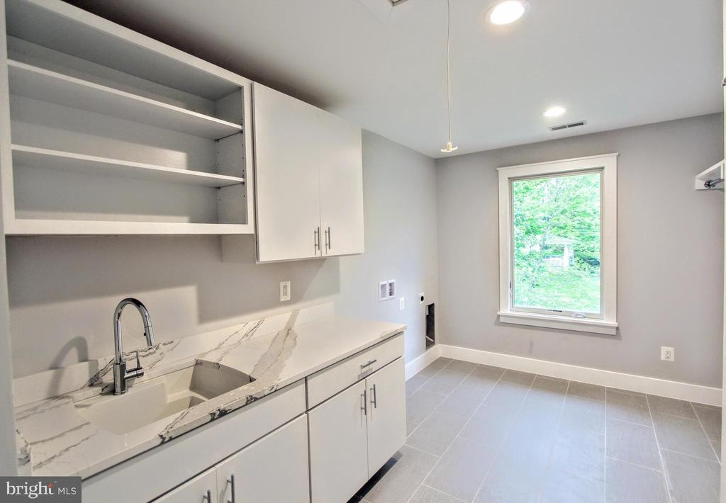 Laundry room of similar floor plan - 117 COURTHOUSE RD SW, VIENNA