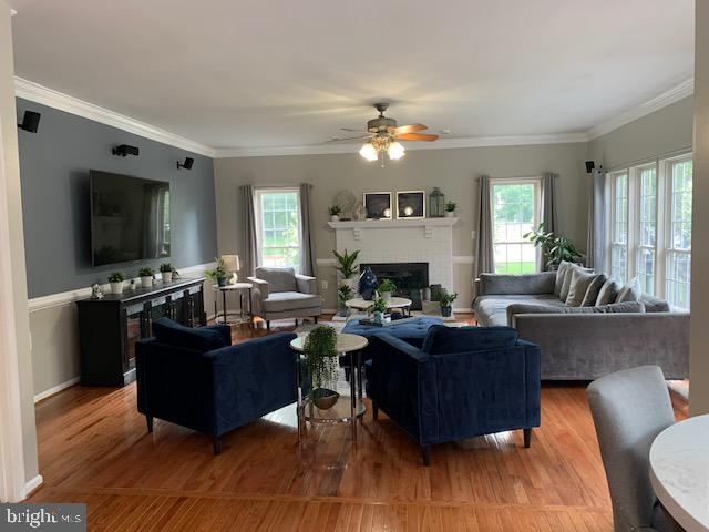 Spacious family room with new hardwood floors - 802 SE TINA DR SE, LEESBURG