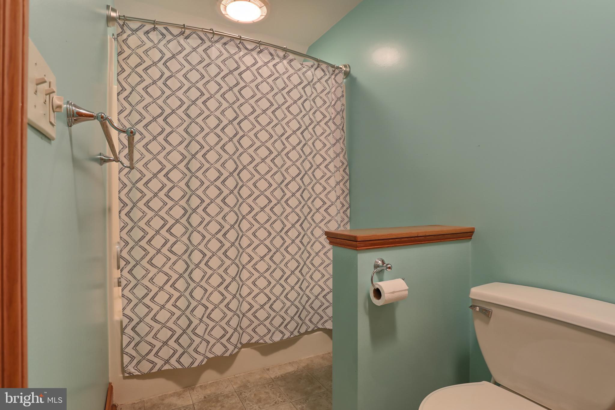 Jack & Jill Full Bathroom