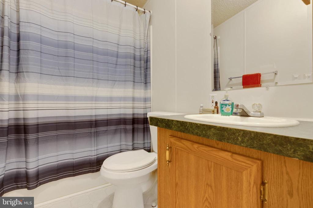 Hall Bathroom - 500 ROLLING RIDGE LN, WINCHESTER