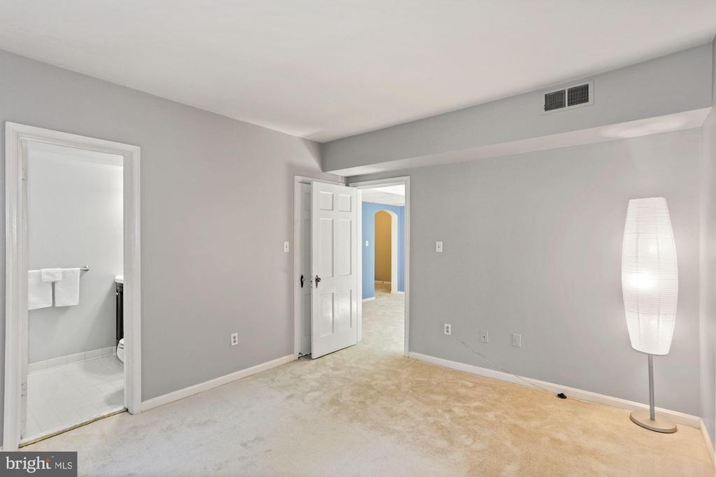 Brand new carpeting in bedroom, LR/DR, and foyer. - 1801 KEY BLVD #10-506, ARLINGTON