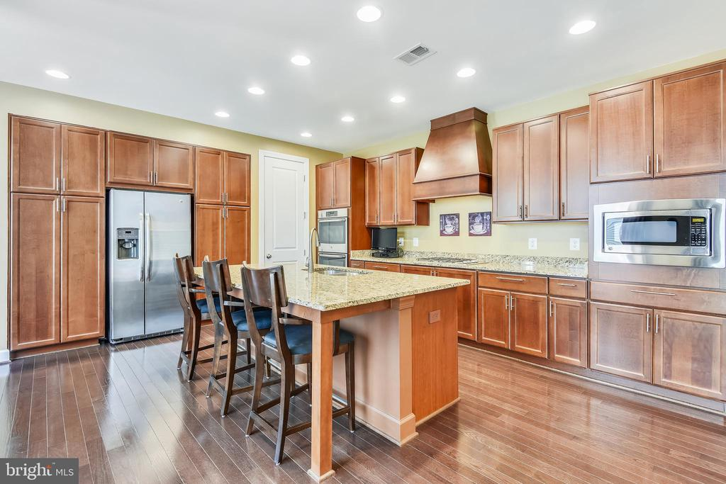 GOURMET KITCHEN-LARGE CENTER ISLAND + BRKFST BAR - 44533 NEPONSET ST, ASHBURN