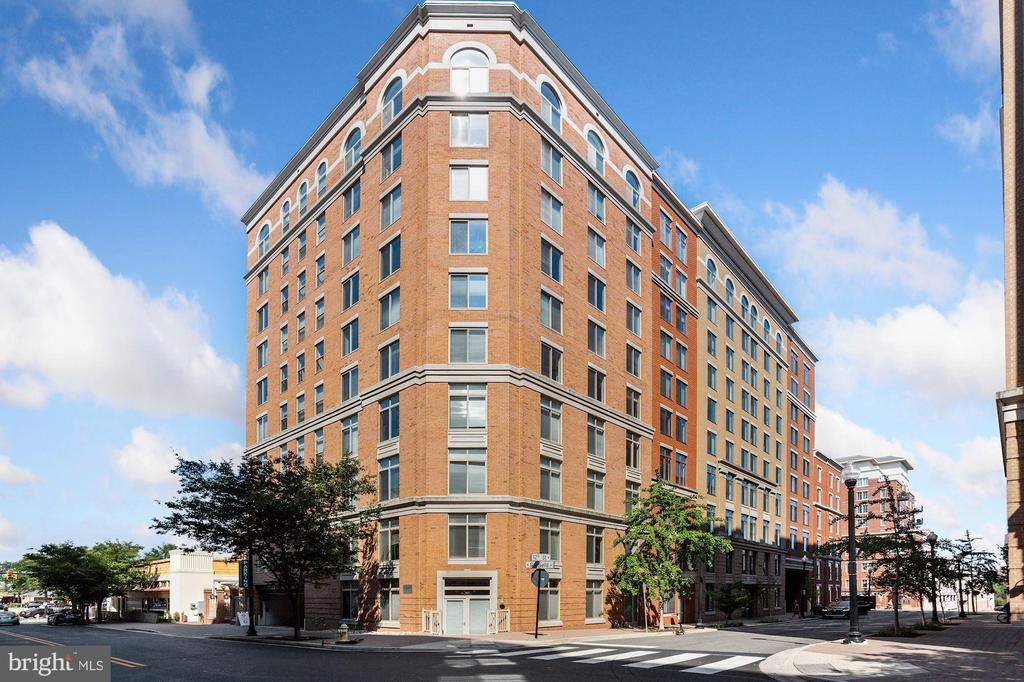 Conveniently located in the heart of Clarendon. - 1205 N GARFIELD ST #608, ARLINGTON