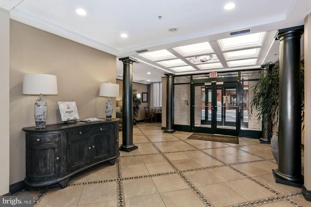 Welcoming lobby. - 1205 N GARFIELD ST #608, ARLINGTON