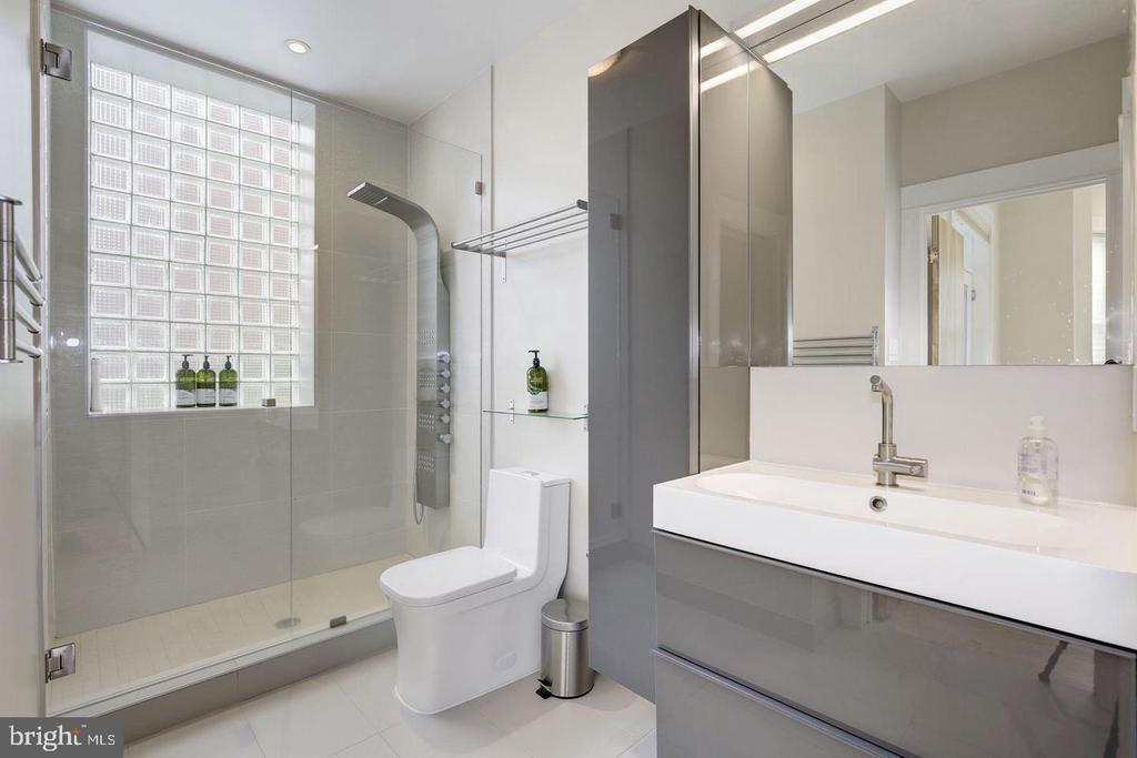 Unit 2 Primary Bathroom - 1620 15TH ST NW, WASHINGTON