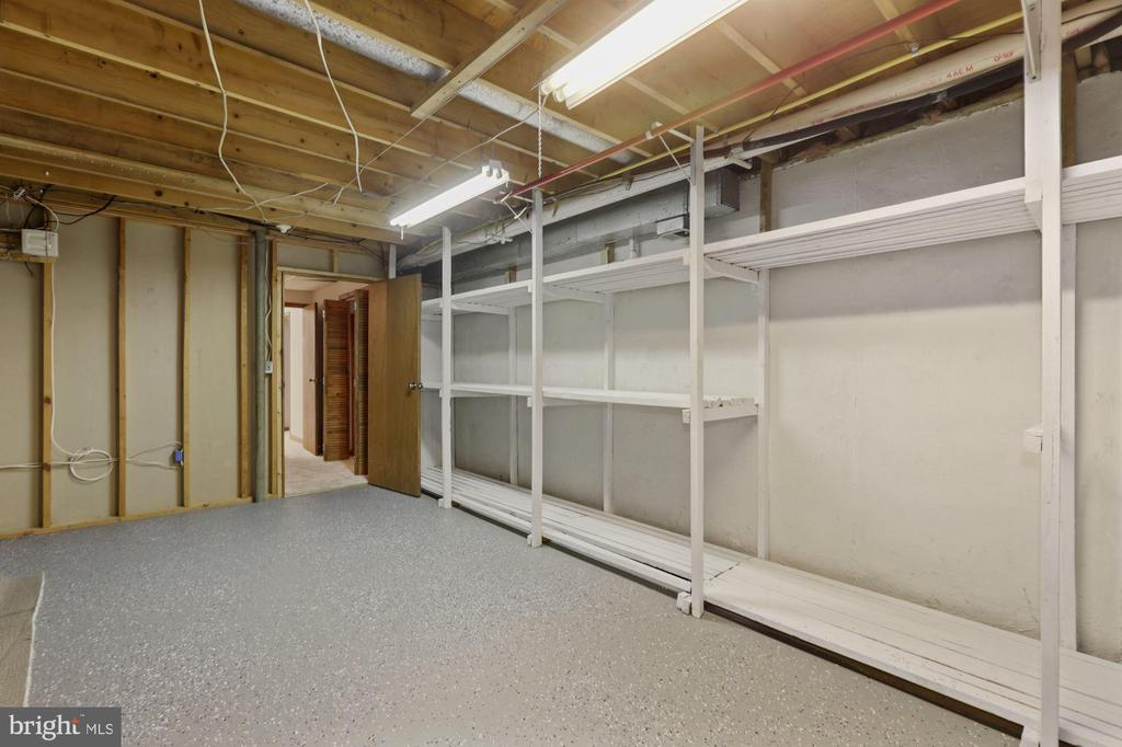 Tons of Storage! - 6244 COVERED BRIDGE RD, BURKE