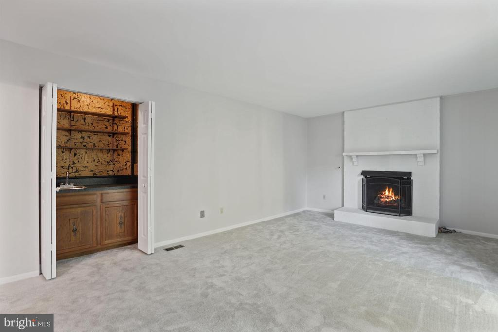 Family Room with wet bar and fireplace - 6244 COVERED BRIDGE RD, BURKE