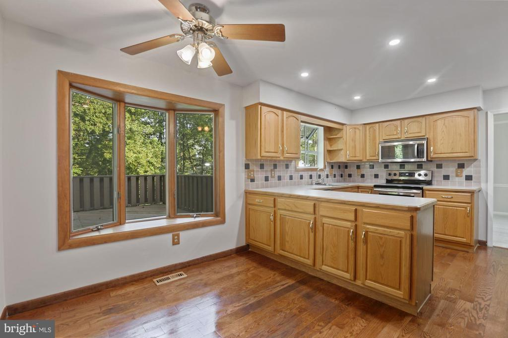 Eat in Kitchen with bay window - 6244 COVERED BRIDGE RD, BURKE