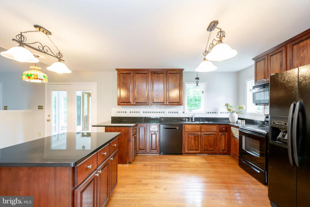 Custom Kitchen includes upgraded Bosch dishwasher - 12984 PINTAIL RD, WOODBRIDGE