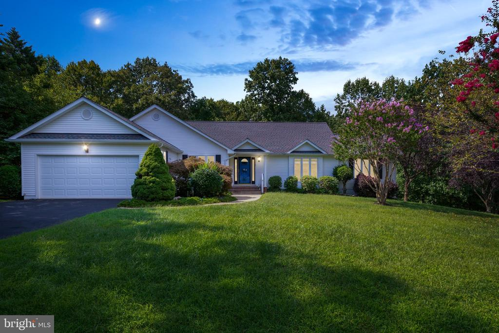 Welcome Home to Tranquil Lakeside Living! - 12984 PINTAIL RD, WOODBRIDGE