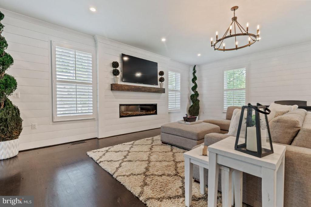 Spacious Family Room with Custom Shiplap - 132 W VIRGINIA AVE, HAMILTON