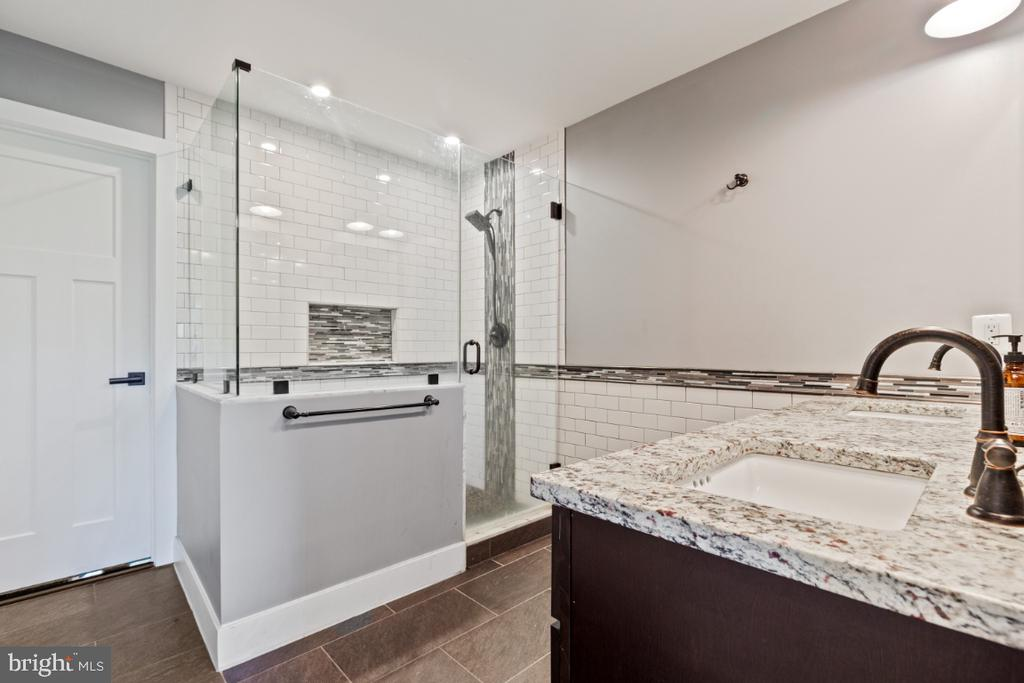 Luxury Owners Full Bath with Walk-in Shower - 132 W VIRGINIA AVE, HAMILTON