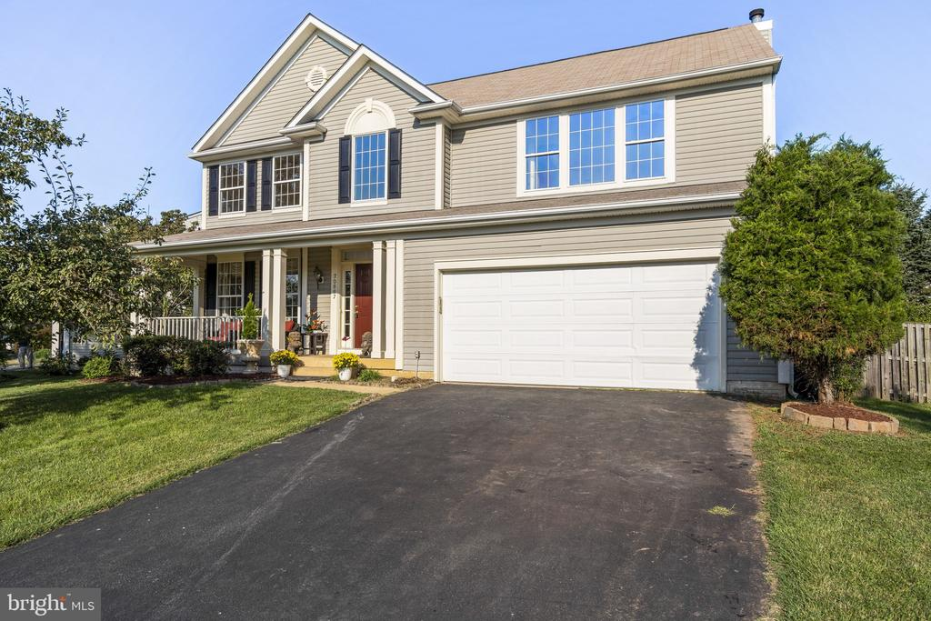Two car garage!Long driveway can fit 4+ cars - 20887 CHIPPOAKS FOREST CIR, STERLING