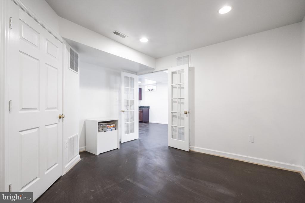 Den/Office/fifth bedroom in basement - 20887 CHIPPOAKS FOREST CIR, STERLING
