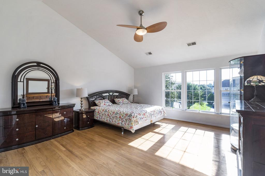 Bright large master bedroom with hardwood floor - 20887 CHIPPOAKS FOREST CIR, STERLING