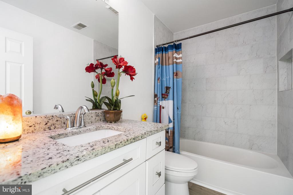 Brand New sink, new floor, granite counter top - 20887 CHIPPOAKS FOREST CIR, STERLING