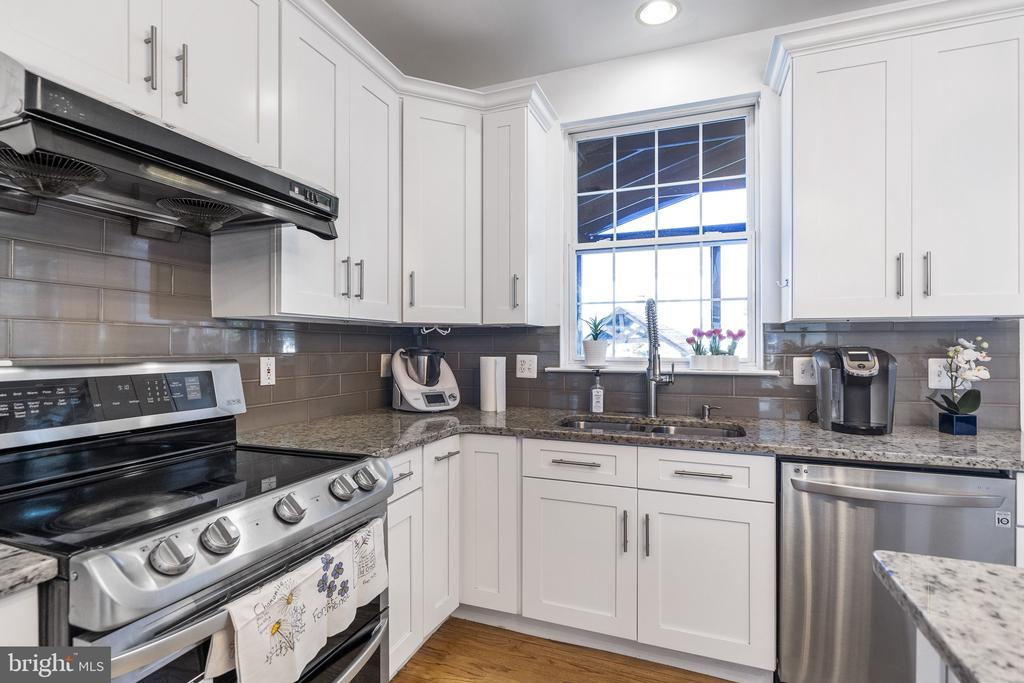 Vent out exhausting fan make cook at home easier - 20887 CHIPPOAKS FOREST CIR, STERLING