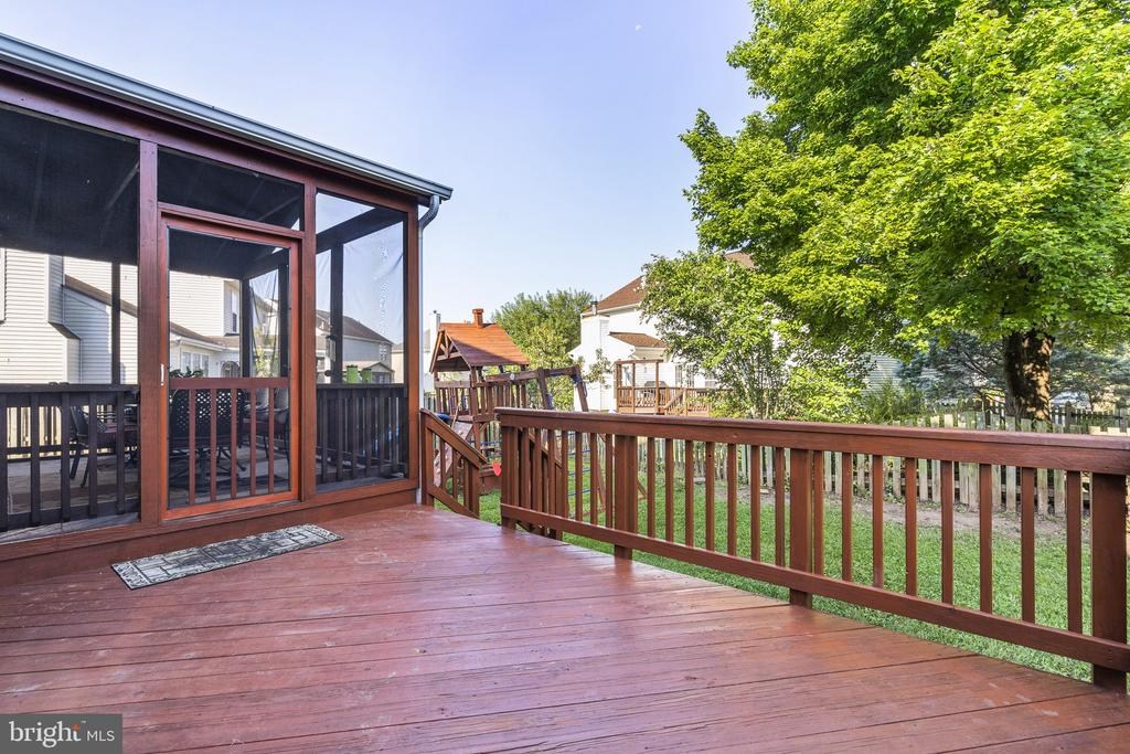 Deck and playground are freshly stained, new swing - 20887 CHIPPOAKS FOREST CIR, STERLING