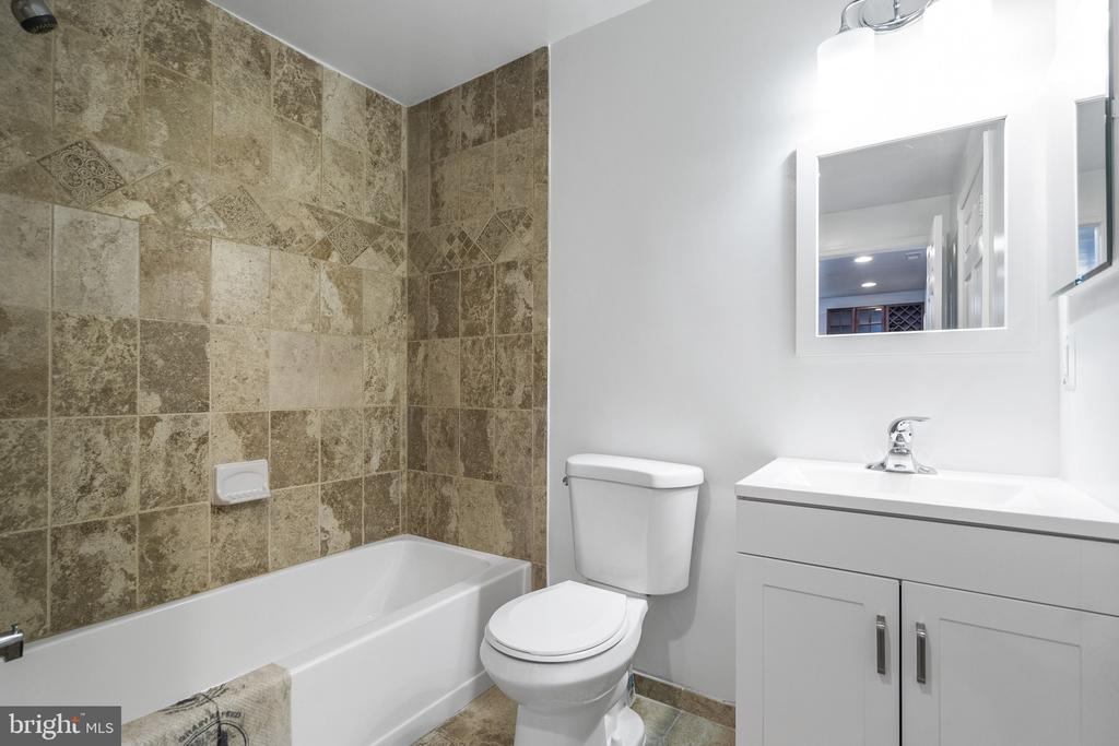 Brand new bathroom in the basement,space for sauna - 20887 CHIPPOAKS FOREST CIR, STERLING