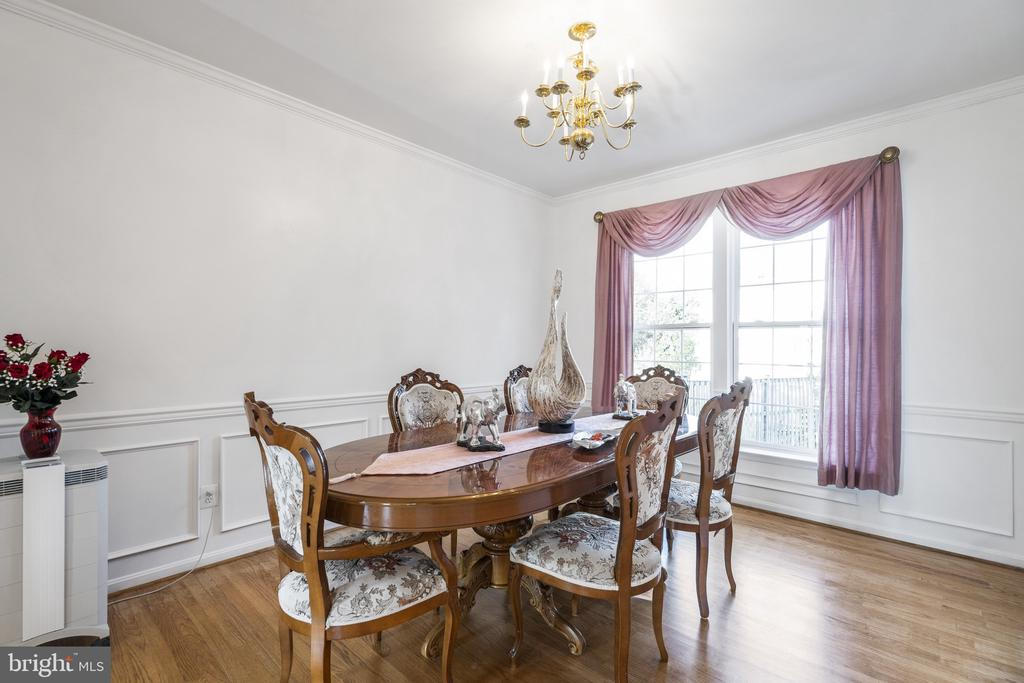 Dining room with chair rail &picture frame molding - 20887 CHIPPOAKS FOREST CIR, STERLING
