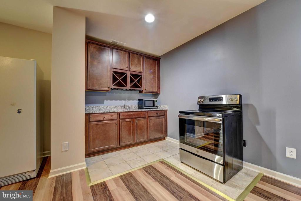 Basement Wet Bar - 42340 ABNEY WOOD DR, CHANTILLY