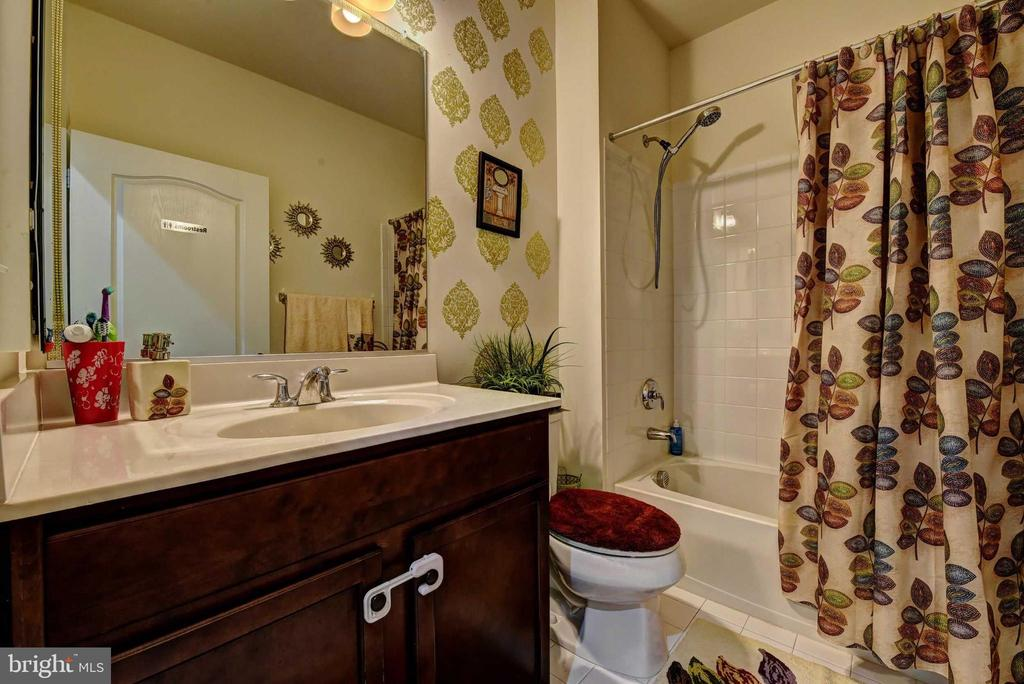 Main Level Full Bath - 42340 ABNEY WOOD DR, CHANTILLY