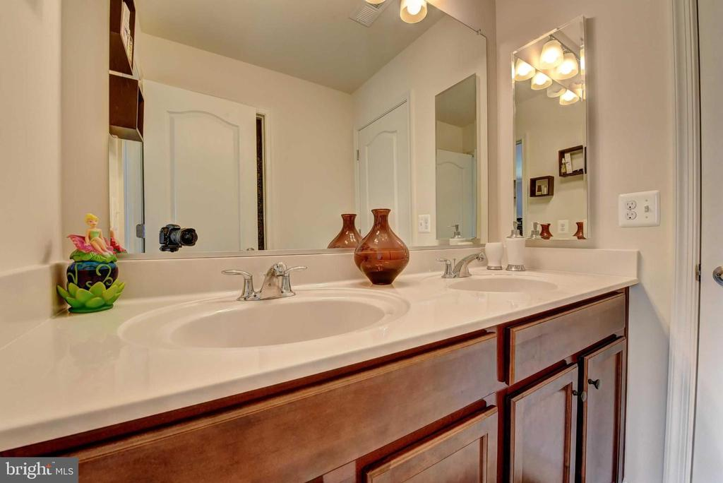 Upper Level Jack and Jill bath (bed 3 and 4) - 42340 ABNEY WOOD DR, CHANTILLY