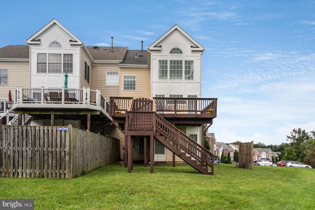 Townhouse is surrounded by common area - 18504 PINEVIEW SQ, LEESBURG