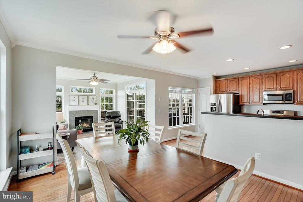 Extended Bump-out lots of natural light - 18504 PINEVIEW SQ, LEESBURG