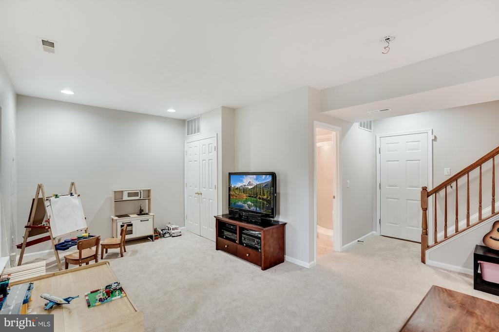 Lower Level recreation room - 18504 PINEVIEW SQ, LEESBURG