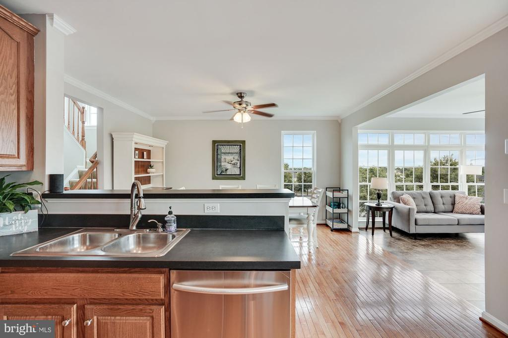 Gotta love this open feel view from the kitchen - 18504 PINEVIEW SQ, LEESBURG