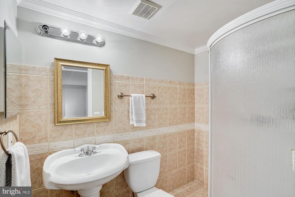 Lower Level Full Bathroom - 18504 PINEVIEW SQ, LEESBURG