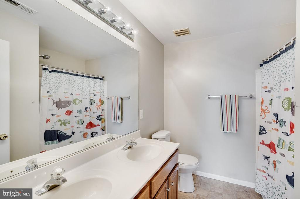 Upper Level Hall Bathroom - 18504 PINEVIEW SQ, LEESBURG