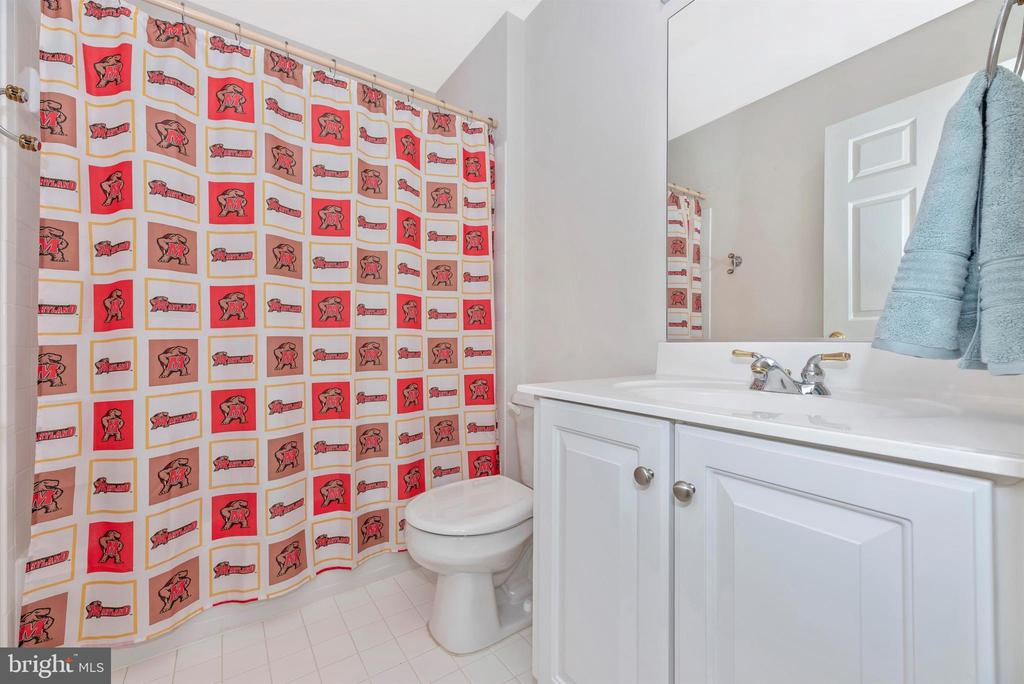 Bedroom 2's private bath - 406 GLENBROOK DR, MIDDLETOWN