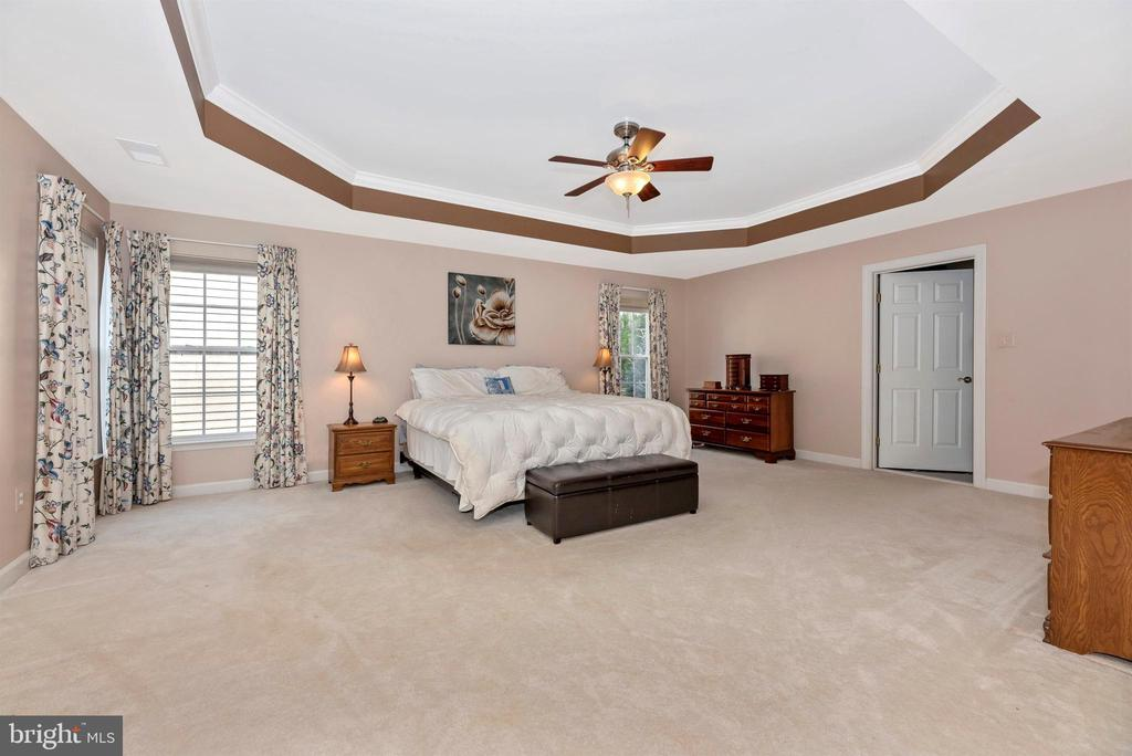 Owner's Bedroom with Tray Ceiling - 406 GLENBROOK DR, MIDDLETOWN