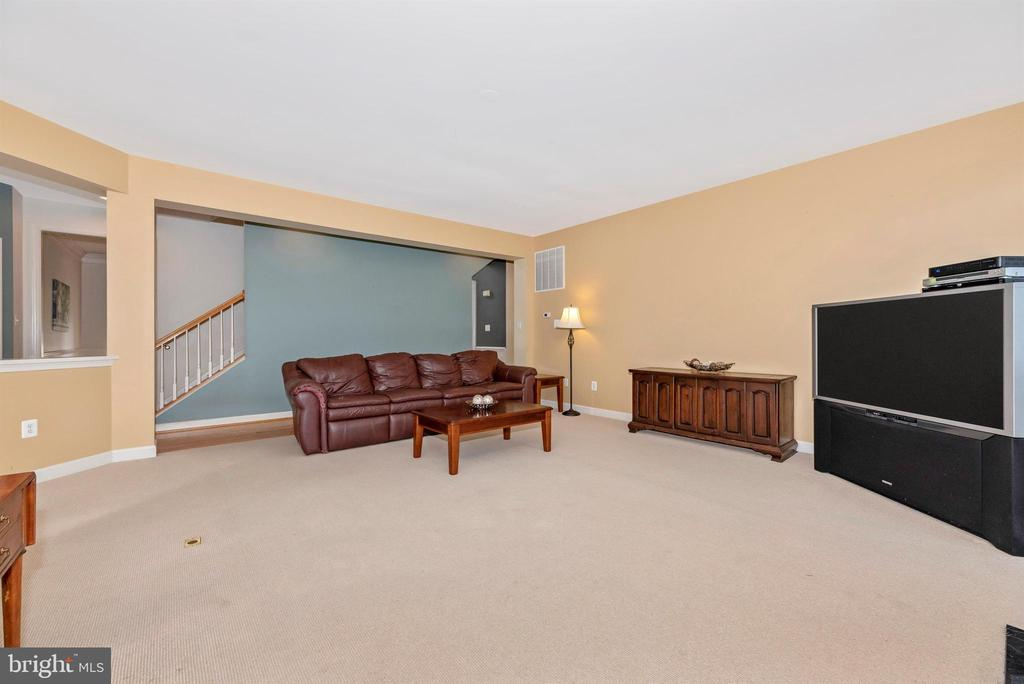 Opens to hall way and kitchen - 406 GLENBROOK DR, MIDDLETOWN
