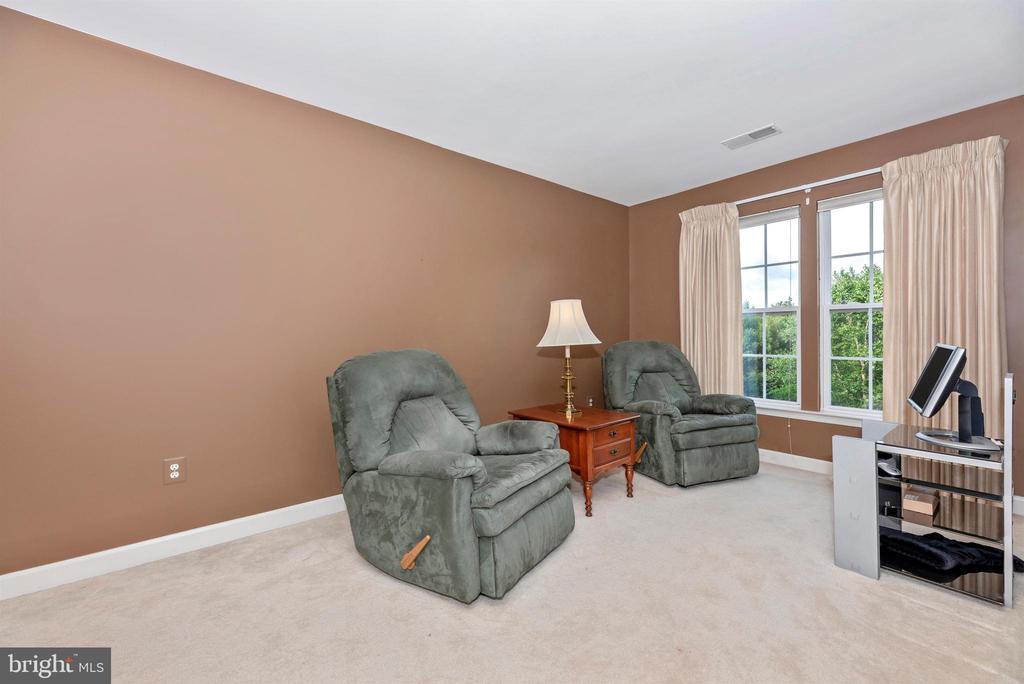 Sitting Room off of HUGE owner's bedroom - 406 GLENBROOK DR, MIDDLETOWN