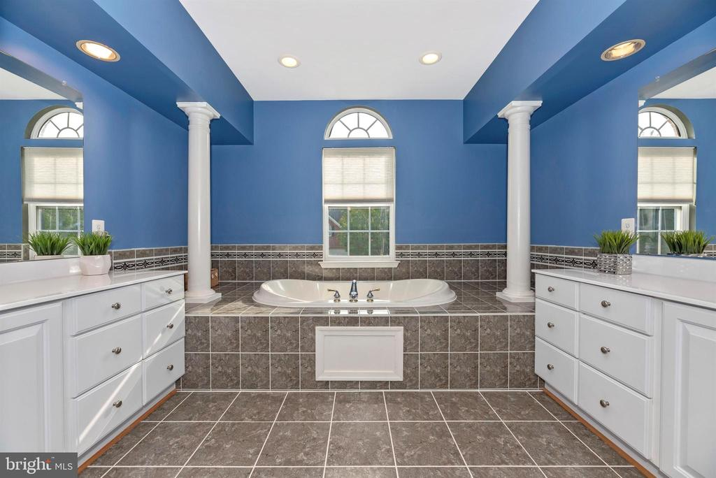 Luxury bath with soaking tub, double vanities - 406 GLENBROOK DR, MIDDLETOWN