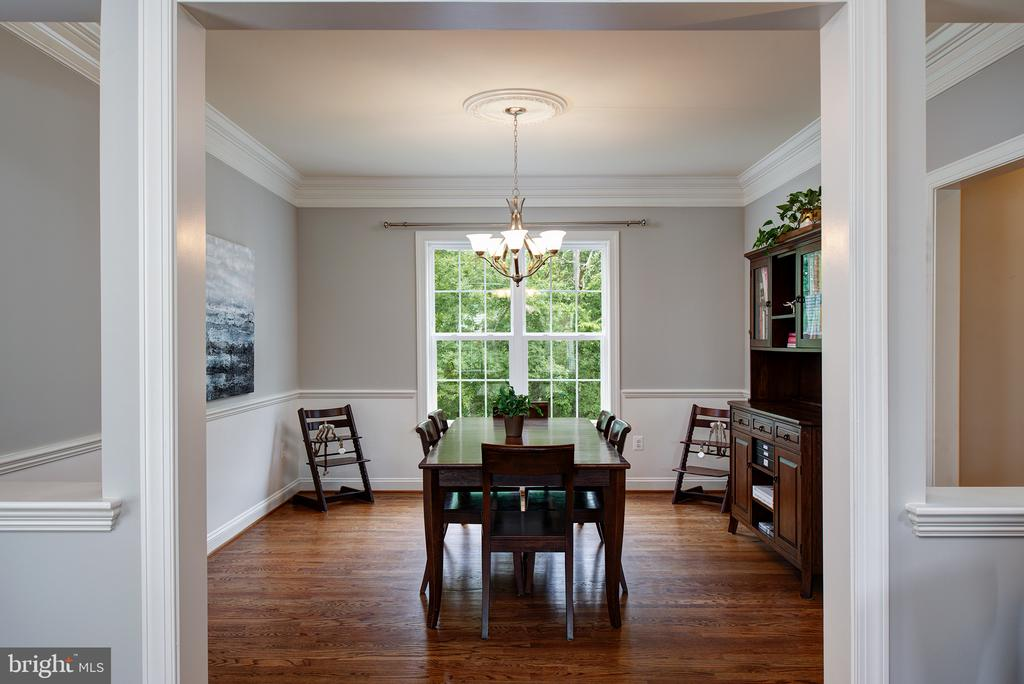 Dining boasts moldings, hardwood & wainscotting - 21144 WALKLEY HILL PL, ASHBURN