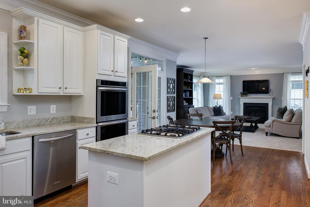 Chefs Delight Kitchen w/white cabinets, granite... - 21144 WALKLEY HILL PL, ASHBURN