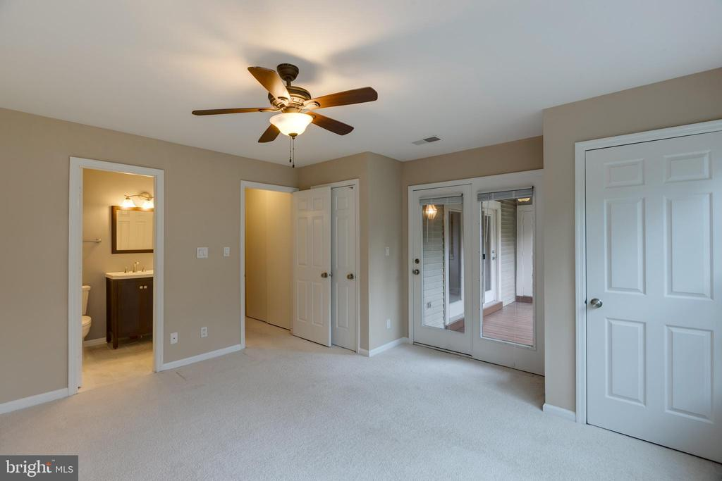 Bedroom 2 with bathroom access. - 7502 ASHBY LN #K, ALEXANDRIA