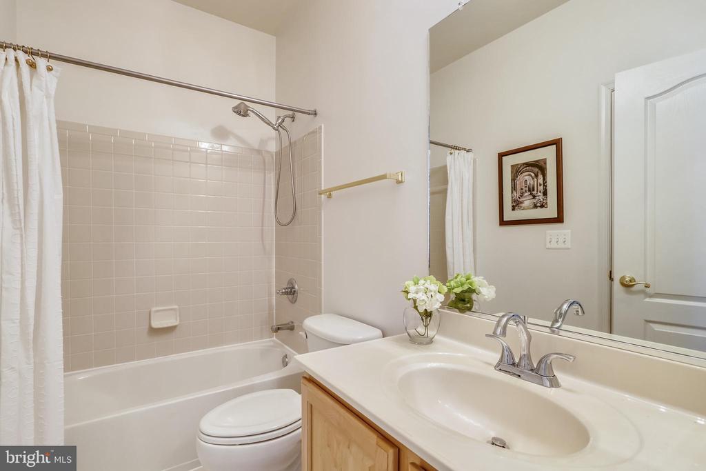 Main level full bathroom - 7132 AYERS MEADOW LN, SPRINGFIELD