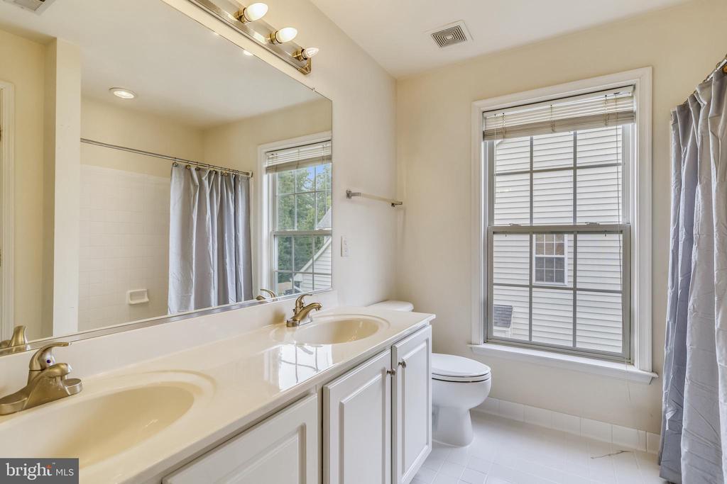 Hallway bathroom with double sinks - 7132 AYERS MEADOW LN, SPRINGFIELD